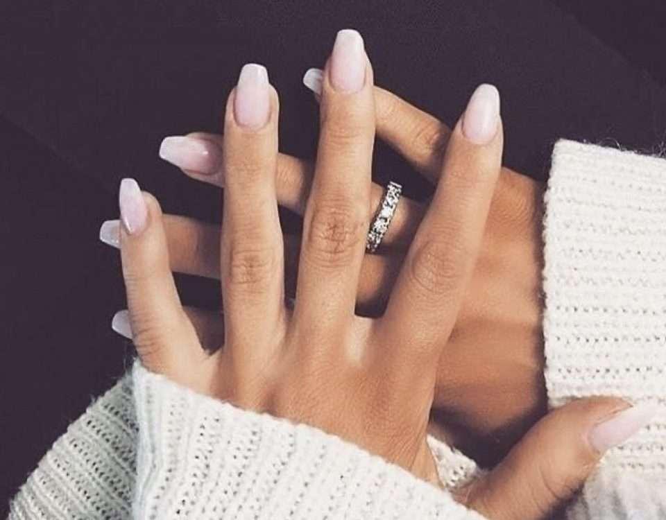 Retirer le vernis gel sur les ongles.